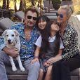 Johnny et Laeticia Hallyday dans leur maison de Pacific Palisades avec leurs filles Jade et Joy.