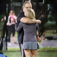 Exclusif - Russell Crowe (56 ans) prend la jeune le actrice Britney Theriot (30 ans) dans ses bras sur un court de tennis à Sydney le 8 octobre 2020.