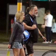Exclusif - Russell Crowe (56 ans) et la jeune le actrice Britney Theriot (30 ans) sur un court de tennis à Sydney le 8 octobre 2020.
