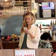Exclusif - Russell Crowe discute avec son assistante à l'aéroport de Sydney en Australie. Le 7 novembre 2019