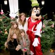 Véronika Loubry, ses deux filles et une amie - L'UNICEF invite 150 enfants défavorisés à Disneyland Paris.