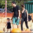 Jessica Alba, Cash Warren et leur adorable fille Honor sont allés une nouvelle fois à la chasse à la citrouille ! Le 31/10/09 à Los Angeles