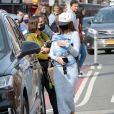Emily Ratajkowski et son fils Sylvester à New York, le 27 mars 2021.