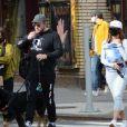 """Emily Ratajkowski avec son mari Sebastien Bear-McClard et leur bébé vont déjeuner chez """"Via Carota"""" à New York, le 27 mars 2021."""
