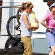 Jennifer Aniston, ici photographiée sur le tournage du film 'We're The Millers', aurait l'intention d'adopter un enfant.