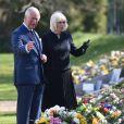 Le prince Charles, prince de Galles et la duchesse de Cornouailles, Camila Parker-Bowles, passent en revue les hommages au prince Philip dans les jardins de Marlborough House à Londres le 15 avril 2021.