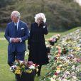 Le prince Charles, prince de Galles et la duchesse de Cornouailles Camila Parker-Bowles passent en revue les hommages au prince Philip dans les jardins de Marlborough House à Londres.