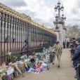 Les anglais viennent rendrent hommage au prince Philip, duc d'Edimbourg devant les grilles de Buckingham Palace à Londres le 11 avril 2021.