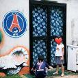 Jamel Debbouze montre ses enfants Léon (habillé du maillot du PSG floqué au nom de Kylian Mbappé) et Lila sur Instagram.