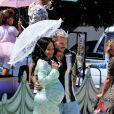 """Christina Milian, enceinte, et son compagnon M Pokora font la promotion de la marque """"Beignet Box"""" de Christina sur un char lors d'une parade à Los Angeles, le 10 avril 2021."""