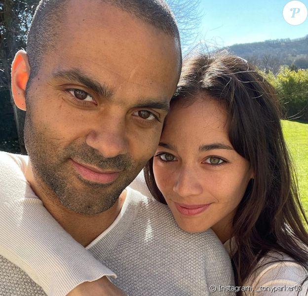 Tony Parker officialise son histoire d'amour avec la joueuse de tennis Alizé Lim sur Instagram.