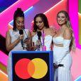 Les chanteuses Jade Thirlwall, Leigh-Anne Pinnock et Perrie Edwards (du groupe Little Mix) ont reçu l'award du Meilleur groupe britannique des Brit Awards à l'O2 Arena. Londres, le 11 mai 2021.