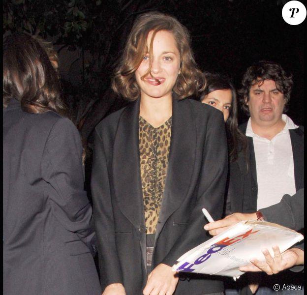Marion Cotillard, le 7 novembre à Los Angeles, signe quelques autographes à des fans.