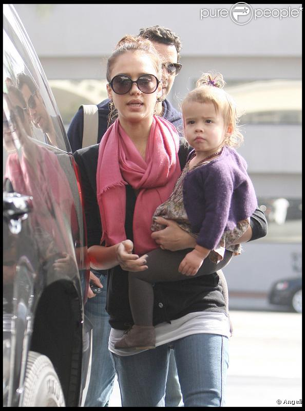 Jessica Alba, son mari Cash Warren et leur fille Honor se promènent dans West Hollywood le 8 novembre 2009
