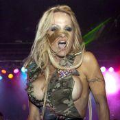 Regardez la torride Pamela Anderson défiler à moitié nue... et simuler le plaisir !