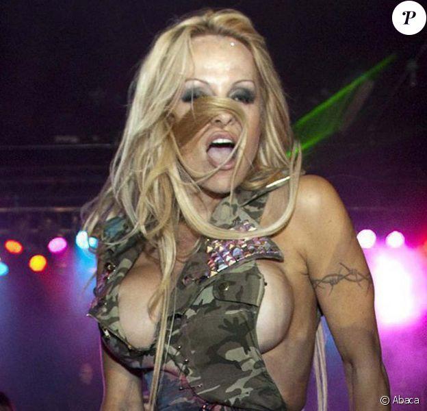Pamela Anderson très sex lors du défilé Richie Rich, à Ottawa, en octobre 2009.