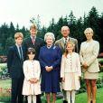 Elizabeth II et le prince Philip avec leurs petits-enfants : le prince William et le prince Harry, Zara Phillips, la princesse Beatrice et la princesse Eugenie, à Balmoral en 1999.