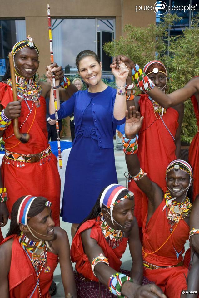 La princesse Victoria de Suède, en visite au Kenya, a procédé le mercredi 11 novembre 2009 à l'inauguration des nouveaux locaux de l'Export Council, à Nairobi, vêtue d'un élégant ensemble bleu saphir