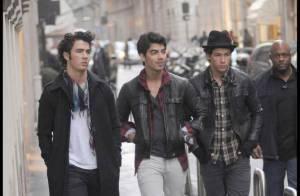 Les Jonas Brothers : Incognito dans les rues de Milan... ils invitent les photographes à une séance shopping !