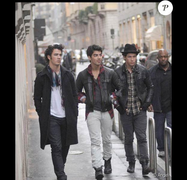 Les Jonas Brothers en pleine balade dans les rues de Milan : décontractés... comme si les photographes n'étaient pas là, hein !