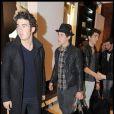 Dans le magasin Gianfranco Ferre, les Jonas Brothers ont vraisemblablement trouvé leur bonheur... et pas en petite quantité !