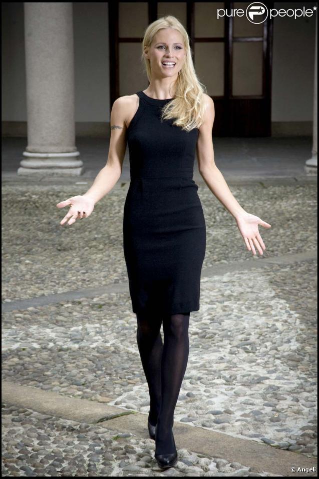 Michelle Hunziker lance une campagne de sensibilisation aux violences conjugales et envers les enfants, à Milan, le 13 novembre 2009.