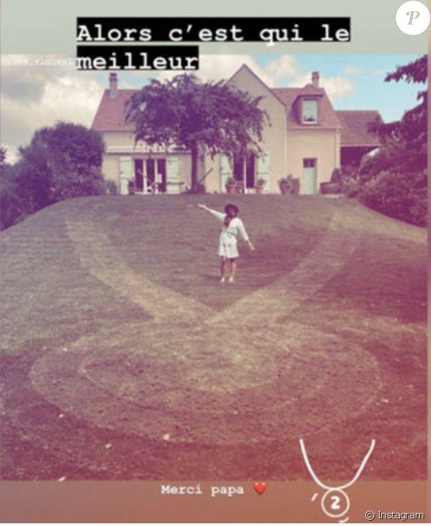 Photo de Vincent Bové et sa pelouse tondue en forme de médaille.