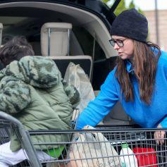Jennifer Love Hewitt et son fils Atticus au supermarché à Pacific palisades. Los Angeles le 1 décembre 2019.