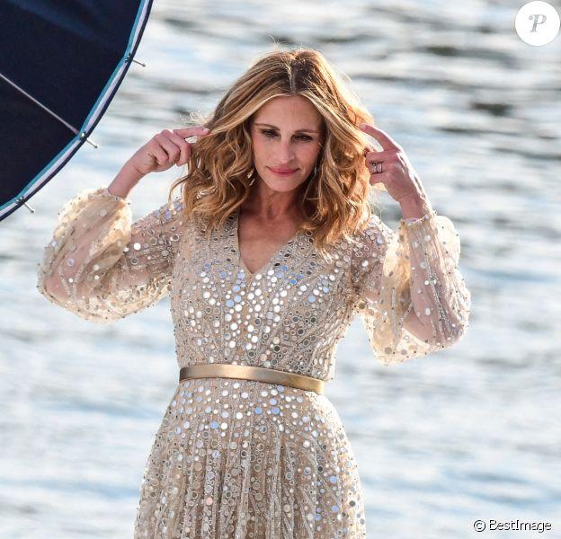 L'actrice américaine Julia Roberts sur le tournage d'une publicité pour Lancôme sur la péniche Cachemire sur la Seine à Paris.