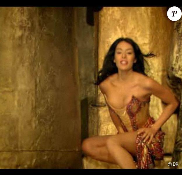 Sofia Essaïdi dans le clip de Bien après l'au-delà