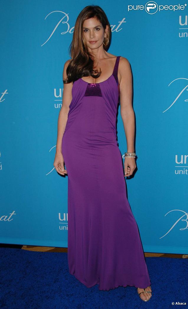 La très belle Cindy Crawford, à l'occasion de l'Unicef Snowflake Ball 2009, qui s'est tenu au Beverly Wilshire Hotel de Beverly Hills, à Los Angeles, le 10 décembre 2009.