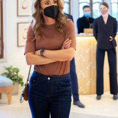La princesse Rania de Jordanie visite le showroom de l'association Turquoise Mountain à Amman le 11 octobre 2021.