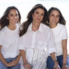 La reine Rania de Jordanie pose avec ses filles, les princesses Iman et salma en September 2021