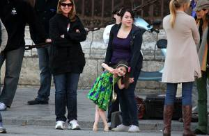 Suri Cruise, La princesse aux hauts talons sur le tournage de son papa... surveillée par sa soeur Isabella !