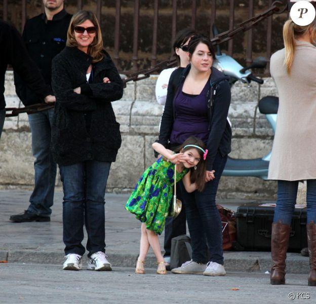La petite Suri et Isabella sur le tournage du film de leur père, Tom Cruise, le 11 décembre 2009 à Séville en Espagne