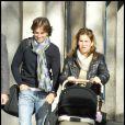 Arantxa Sanchez Vicario et son mari promènent leur bébé dans les rues de Barcelone le 9 décembre 2009