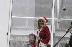 Jenny McCarthy : Déguisée en Mère Noël sexy, elle dévoile à New York... ses jolies courbes !