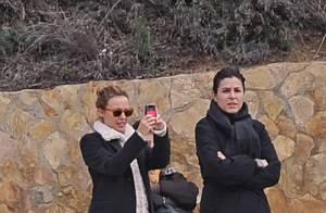 La ravissante Kylie Minogue fête Noël en Espagne... avec la soeur de son chéri ! Mais où est-il ?