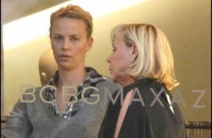 Charlize Theron : Quand elle joue les stylistes pour sa mère... Elle y va à fond !