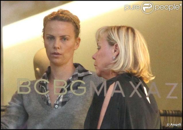 Charlize Theron et sa mère font du shopping chez Max Azria à Beverly Hills le 27 décembre 2009