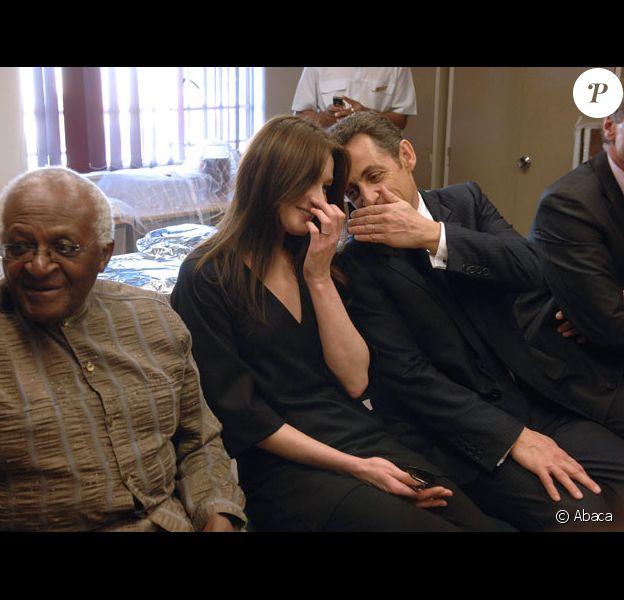 Nicolas Sarkozy et Carla Bruni sont toujours aussi complices. Qu'en pense l'archevêque Desmond Tutu assis à leurs côtés ?
