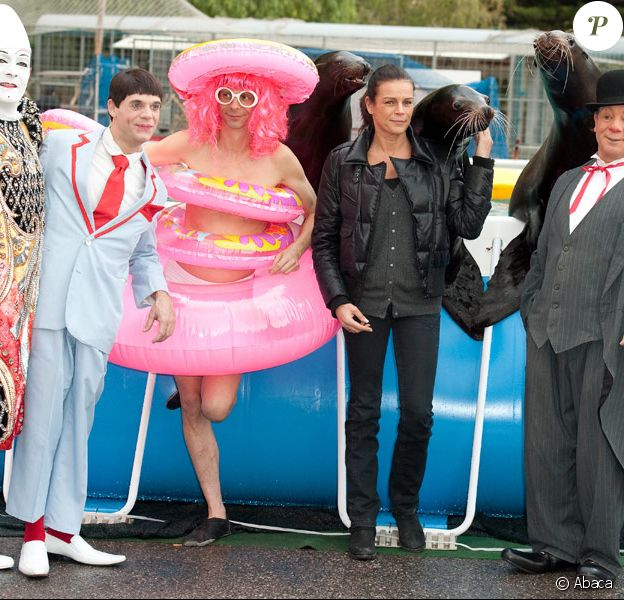 Stéphanie de Monaco rencontre des artistes du festival international du cirque de Monaco le 12 janvier 2010 : la princesse n'a pas peur des otaries !