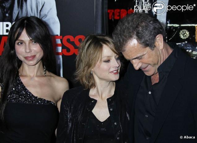 Mel Gibson et sa compagne Oksana Grigorieva, très complice avec Jodie Foster, à l'occasion de l'avant-première de  Hors de Contrôle , qui s'est tenue au Graumann's Chinese Theatre de Los Angeles, le 26 janvier 2010.