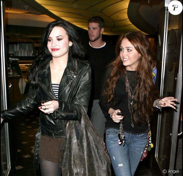 Miley Cyrus et son boyfriend, Liam Hemsworth, et Demi Lovato sortent dîner à Los Angeles, le 2 février 2010