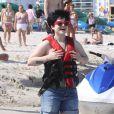 La métamorphose de Kelly Osbourne : Le 2 avril 2009, Kelly préfère cacher son corps sous un short à la plage...