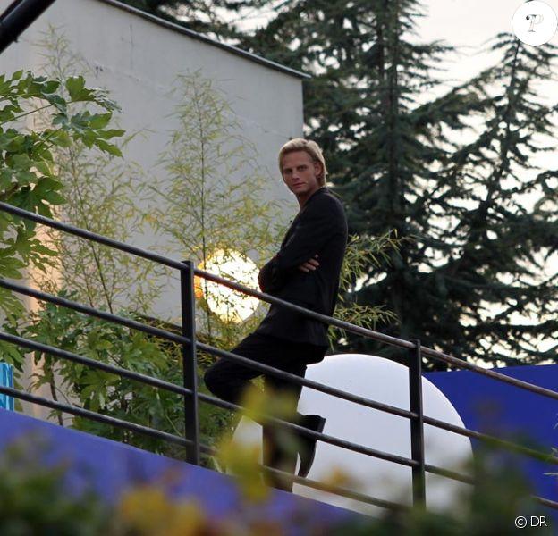 Arnaud Lemaire sur le balcon de la maison pendant le tournage en octobre 2009