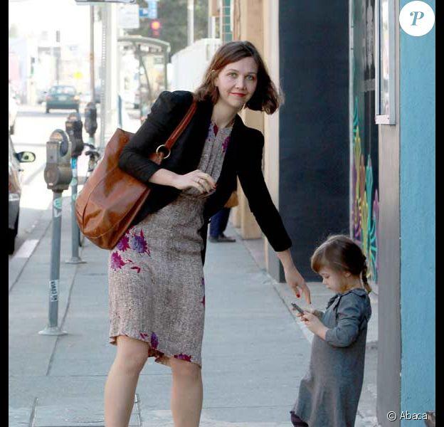 Maggie Gyllenhaal, son mari Peter Sarsgaard et leur petite Ramona dans les rues de Los Angeles, février 2010 !