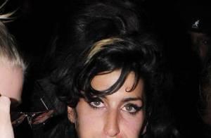 Quand Amy Winehouse fait l'amour à la caméra, toute poitrine dehors ! C'est drôle... mais pas très sexy !