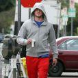 Eric Dane retire son pull à la sortie de son cours de gym à West Hollywood le 24 février 2010