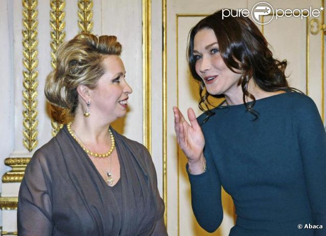 Carla Bruni au prestigieux dîner d'Etat, à l'Elysée. Elle discute avec Svetlana Medvedev. 02/03/2010